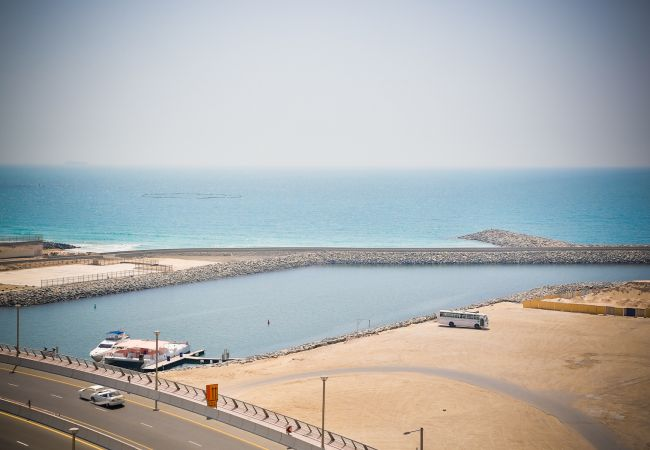 Apartment in Dubai - Spacious 3br property on the water